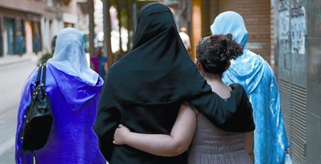 Mujeres musulmanas caminan por una calle de Salt. ALBERT BERTRAN