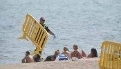 La playa del Cristall en Badalona queda abierta al público tras supervisar la Armada que no hay nada peligroso en el fondo marino.