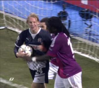 Vida, jugador del Zagreb, sembla fer l'ullet i aixecar el polze davant Gomis, davanter del Lió, després del cinquè gol de l'equip francès.