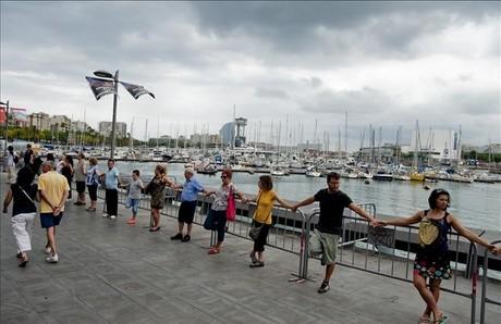 Cadena humanade veïns i simpatitzants del barri de la Barceloneta contra la reforma del Port Vell.
