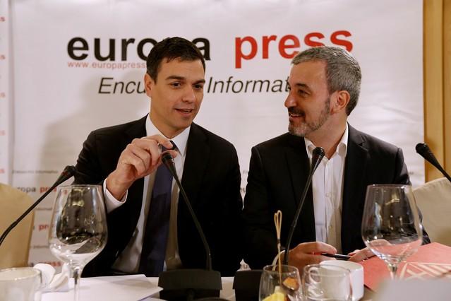 Jaume Collboni, derecha, junto a Pedro Sánchez, este lunes, en el desayuno informativo de Europa Press en Madrid.