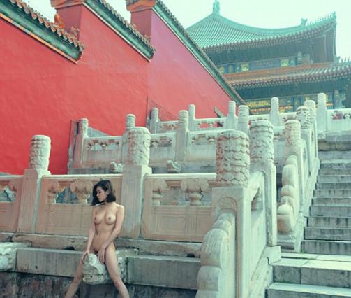 Polèmica a la Xina per les fotos d'una model que posa despullada a la Ciutat Prohibida
