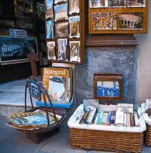 Libros a peso en Sant Pere més Alt, ayer.