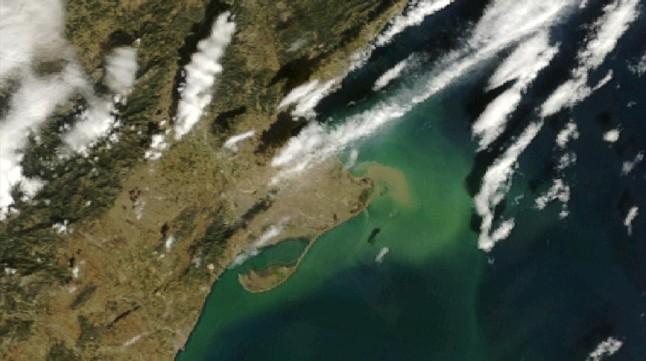 Imagen del delta del Ebro fotografiado por el satélite Modis de la NASA en la que se puede apreciar el transporte de sedimentos ocasionado por la gran crecida
