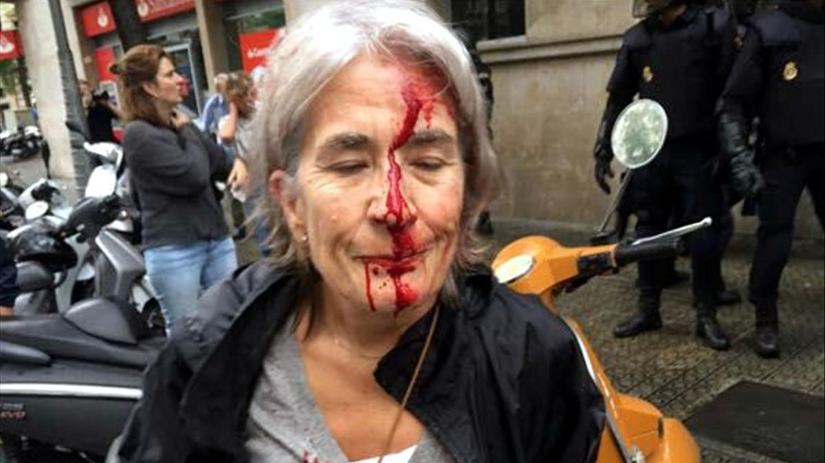 Resultat d'imatges de Foto referendum 1 d'octubre càrrega policial