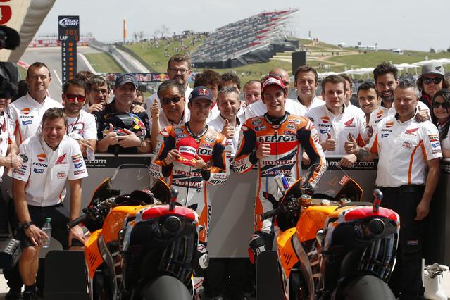 Dani Pedrosa y Marc Márquez, con los integrantes de su equipo.