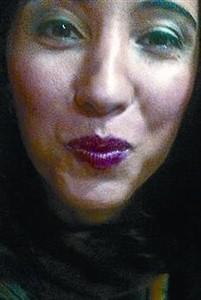 Campaña en la prensa 8 Mujeres turcas posan con los labios pitnados de rojo en una campaña impulsada por el diario 'Hürriyet'.