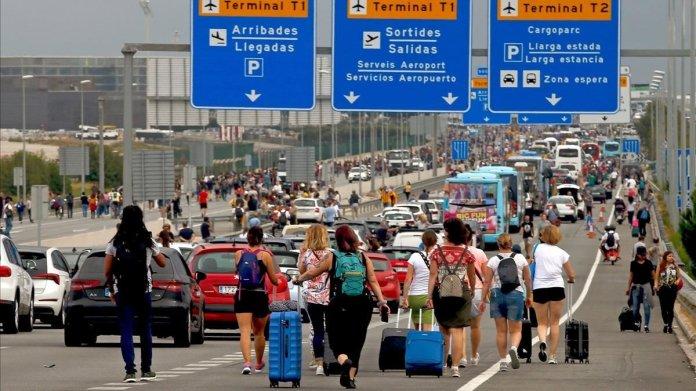 Varios viajeros cerca del aeropuerto de El Prat, afectados por las protestas convocadas por Tsunami Democràtic tras la sentencia del juicio del 'procés'.
