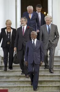 El exsecretario general de la ONU Kofi Annan, al frente de los representantes internacionales que asistieron a la conferencia de San Sebastián.