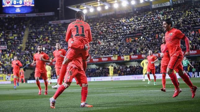 Messi sostiene a Neymar tras el 0-1 en El Madrigal, en presencia de Luis Suárez.