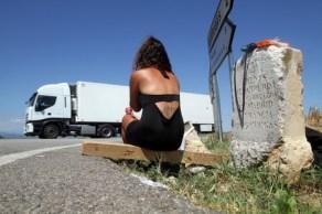 Una prostituta espera clients a la N-2, on s'ha desplaçat per evitar les multes.