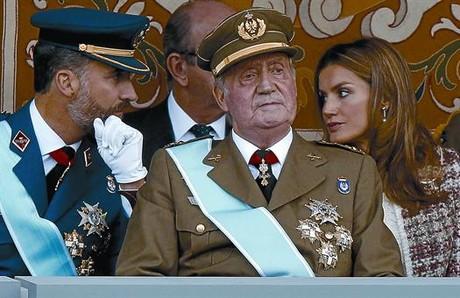 Los príncipes de Asturias conversan en presencia del Rey en el desfile militar que se celebró el pasado año con motivo de la Fiesta Nacional.