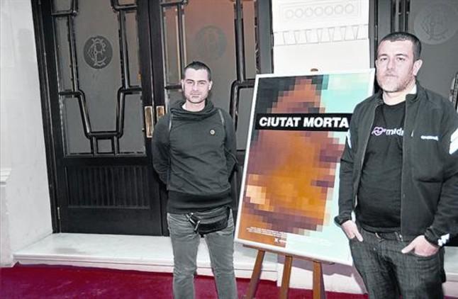 Xavier Artigas (izquierda) y Xapo Ortega, junto a la imagen pixelada de Patricia Heras.