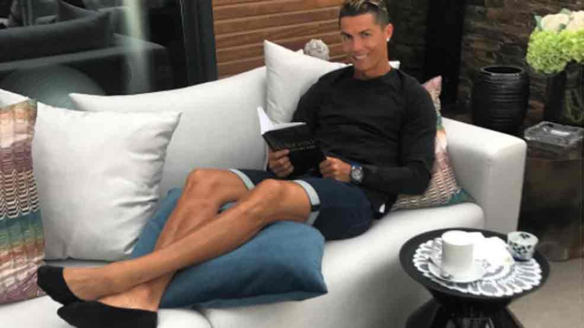 What book was Real Madrids Cristiano Ronaldo reading