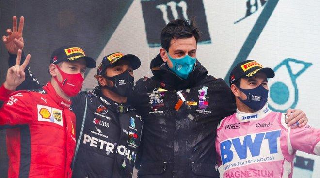 Pérez, en el podio con Vettel, Hamilton y Toto Wolff, el jefe de Mercedes