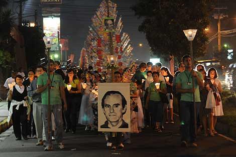 Seguidores de Ignacio Ellacuría, protestando en el aniversario de su asesinato.   Afp