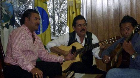 Zelaya, en el centro, toca la guitarra en la embajada brasileña la semana pasada. | AFP