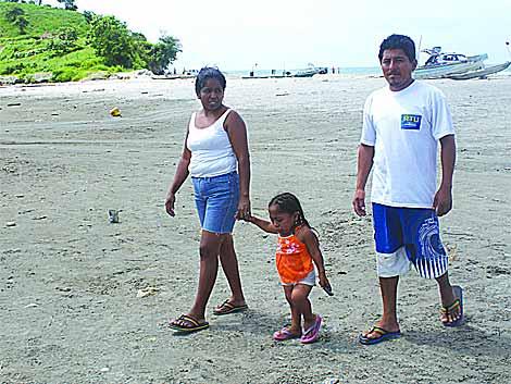 'Mayito' pasea con sus padres.   Joe Miguel Toapanta.
