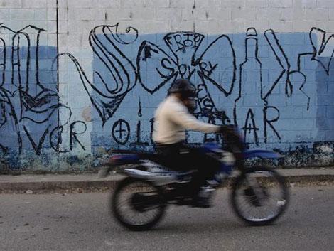 Este mural de la Mara Salvatrucha sugiere a la comunidad que se limite a oír, ver y callar. | R. Valencia