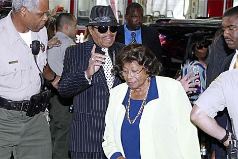 Los padres de Michael Jackson entraban juntos en los juzgados. | Reuters