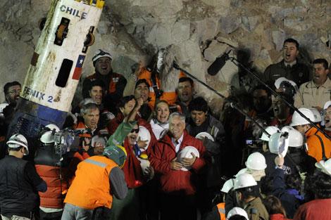 Luis Urzúa celebra su rescate junto al presidente Sebastián Piñera. | AFP