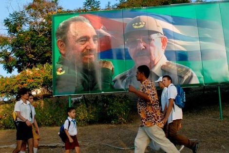 Cartel con la imagen de Fidel y Raúl Castro en Santiago de Cuba. |