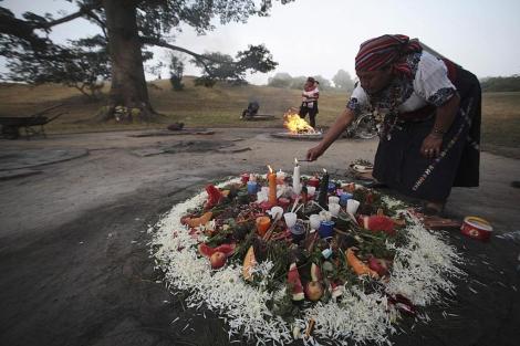 Una indígena prepara un fuego sagrado en Guatemala. | Reuters