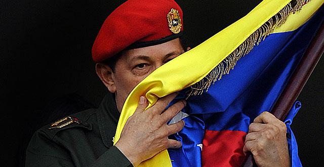 Chávez besando la bandera de Venezuela en 2011. | Afp