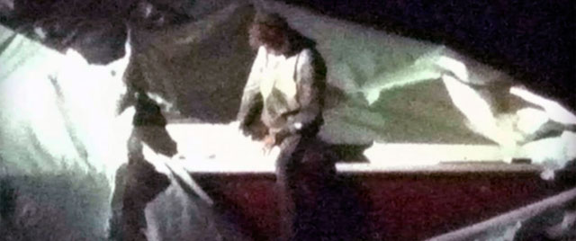 Dzhokhar Tsarnaev sale de la barca donde estaba escondido y se entrega a la policía. | Afp