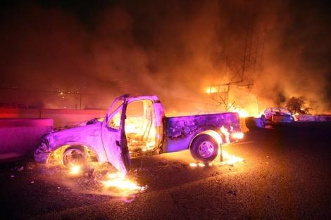 Coches ardiendo en la autopista de Ecatepec, donde se produjo la explosión.| Afp