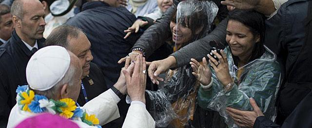 El Papa Francisco saluda a los fieles en una favela de Río de Janeiro. | Efe