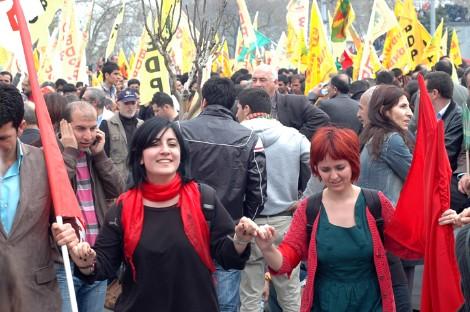 Dos jóvenes turcas marchan el 1 de Mayo en Taksim, Estambul (2011). Foto: I.U.T.