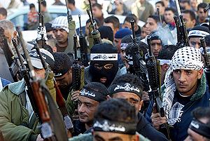 Milicianos de las Brigadas de los Mártires de Al Aksa se manifiestan en apoyo de Abu Mazen en Cisjordania. (Foto: EFE)