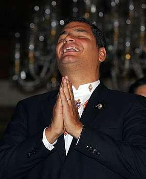 Rafael Correa esperaba con este gesto los resultados de los sondeos. (Foto: AFP)