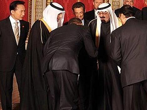 Obama haciendo la polémica reverencia al rey saudí.