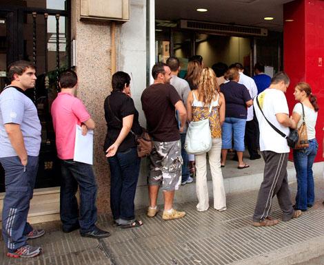 La cola del paro crece en Cataluña, mientras disminuye en el resto de España.