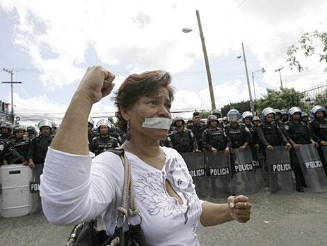 Una manifestante ante la Universidad Pedagógica de Tegucigalpa. | AFP