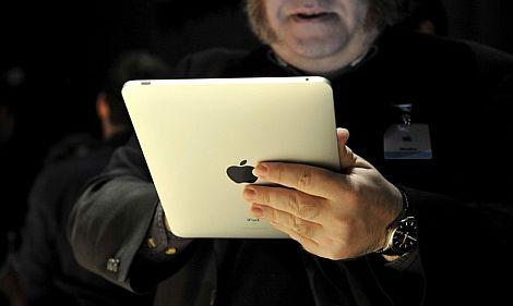 Un asistente a la presentación prueba el iPad. | Efe