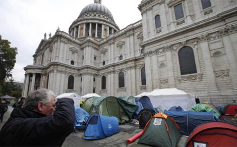 'Indignados' frente a la catedral de St. Paul.   Ap