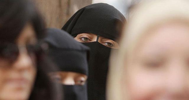 Mujeres con el rostro cubierto acuden a votar en las elecciones egipcias. | AFP