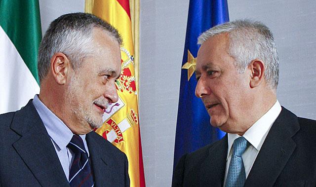 José Antonio Griñán y Javier Arenas, cara a cara en una imagen en el palacio de San Telmo. | Efe