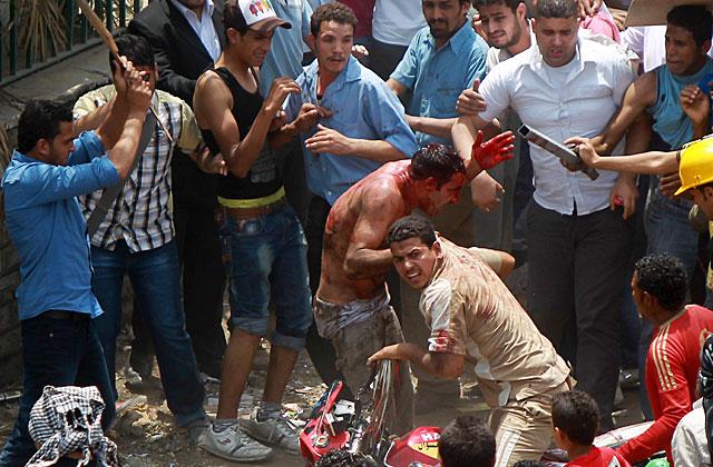Un manifestante es atacado en las inmediaciones del Ministerio de Defensa en El Cairo. | Reuters