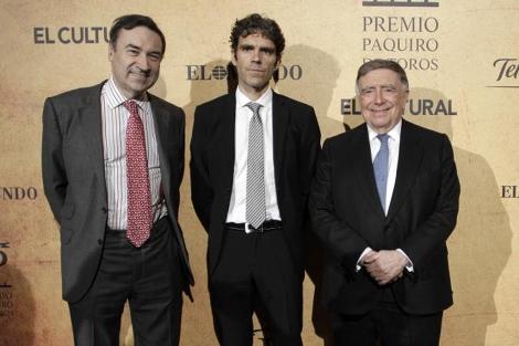 José Tomás, entre Pedro J. Ramírez (i.) y Luis María Anson. | A. di Lolli