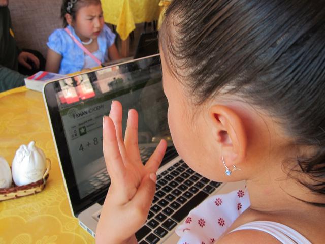 Una niña repasa una lección de sumas en su escuela de Mongolia. | Foto: Khan Academy