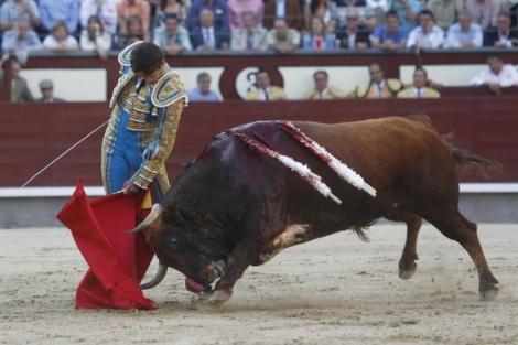 El diestro francés, en un lance de esta tarde en Las Ventas.   Sergio González