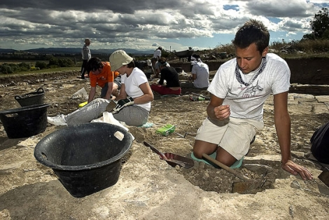 Jóvenes arqueólogos se afanan en las excavaciones del yacimiento de Iruña-Veleia. | Efe