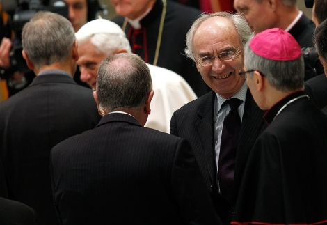 Foto de archivo del presidente de la Banca Vaticana (2d) y el Papa (2i), en el Vaticano. | Reuters