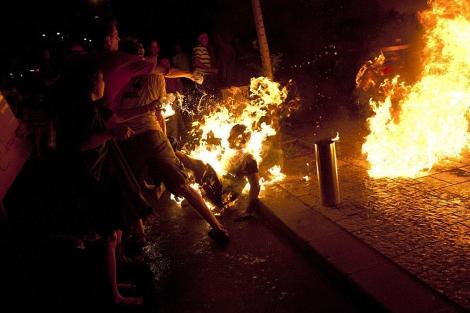 El manifestante se quema 'a lo bonzo' en medio de las protestas. | Reuters