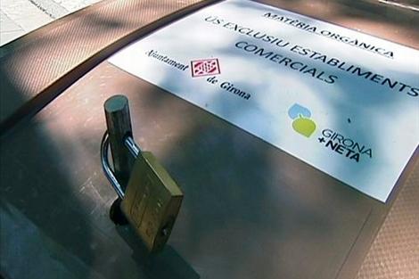 Contenedores cerrados con candado en Girona. | Reuters