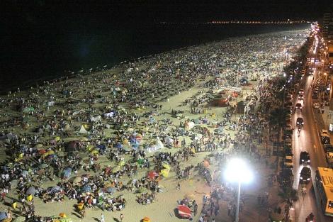 Ambiente en las barbacoas del trofeo Carranza, en la playa de Cádiz. | C. Zambrano